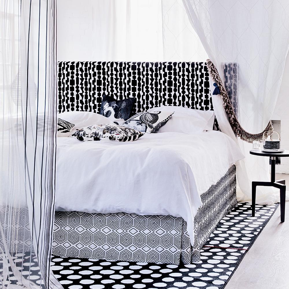 Idee in stile casa estiva per camere da letto in bianco e nero Simon-Bevan