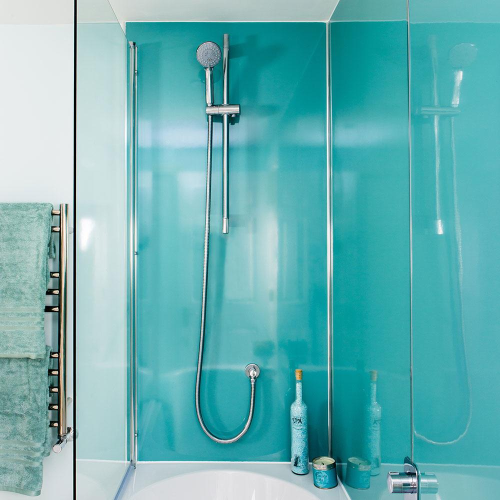Rifacimento-bagno-classico-con-mobili-montati-Shaker-e-carta da parati-carpa-koi-2