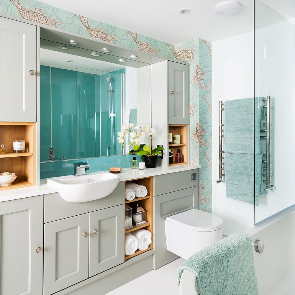 Rifacimento-bagno-classico-con-mobili-montati-Shaker-e-carta da parati-carpa-koi-4