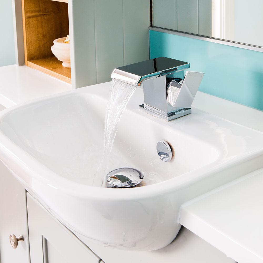Rifacimento-bagno-classico-con-mobili-montati-Shaker-e-carta da parati-carpa-koi-6