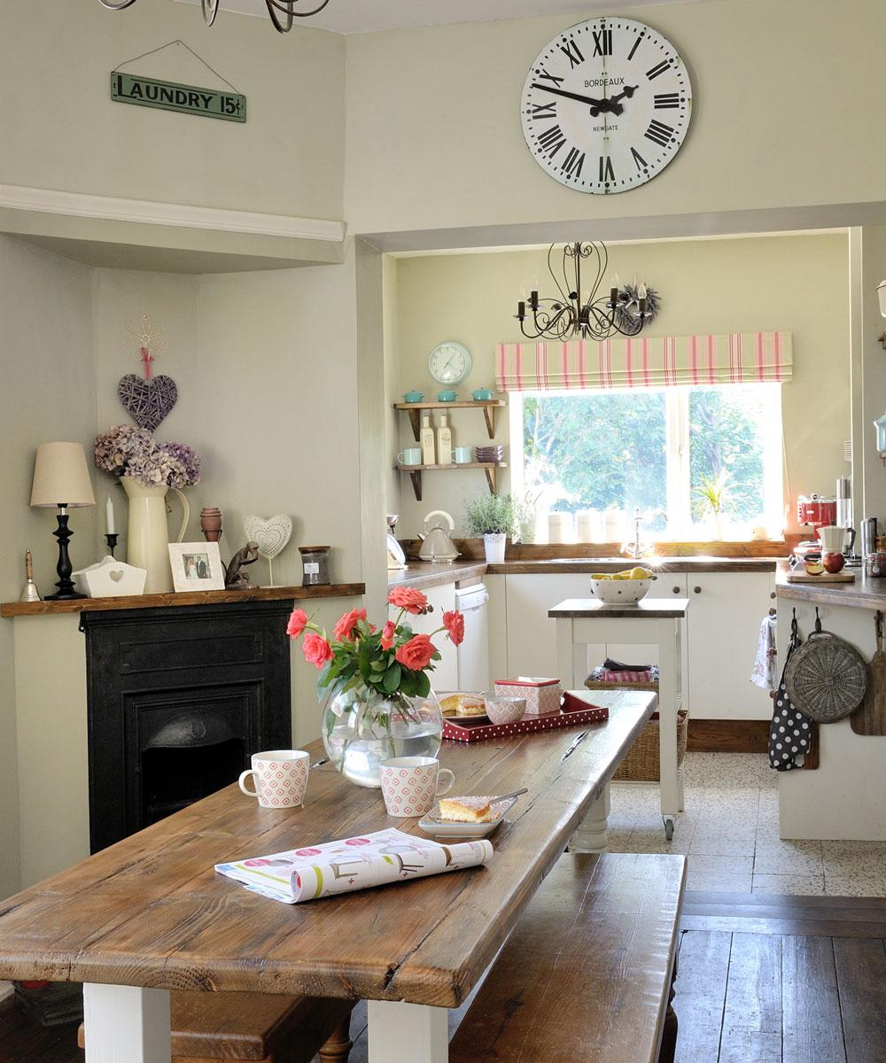 Sala da pranzo rustica con tavolo in legno rustico