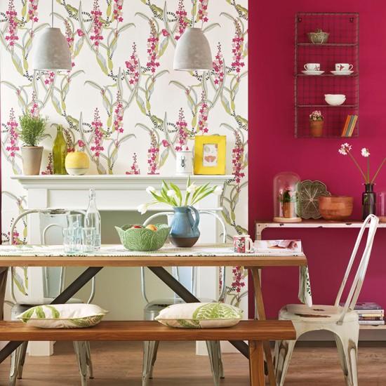 Piccola sala da pranzo con panca e decorazioni in rosso