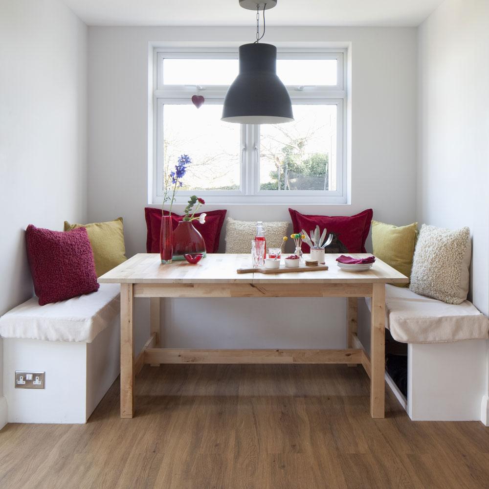 piccola sala da pranzo con posto vicino alla finestra